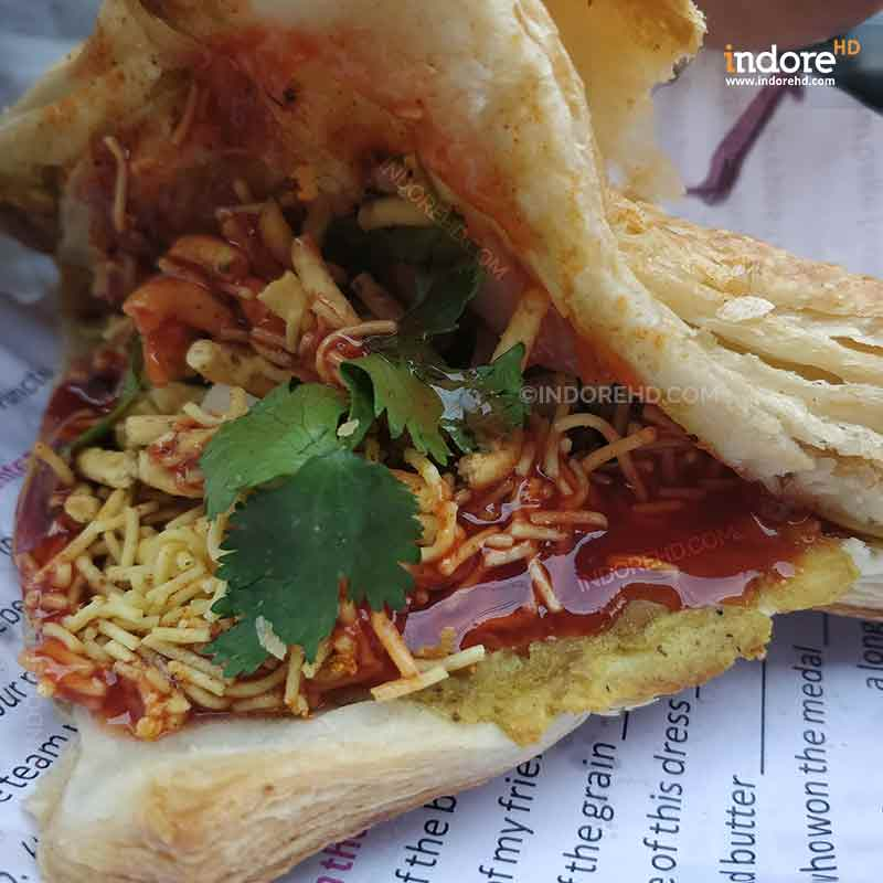 20-MUST-HAVE-FOODS-WHEN-YOU-ARE-IN-INDORE-BACKED-SAMOSA-INDORE-HD